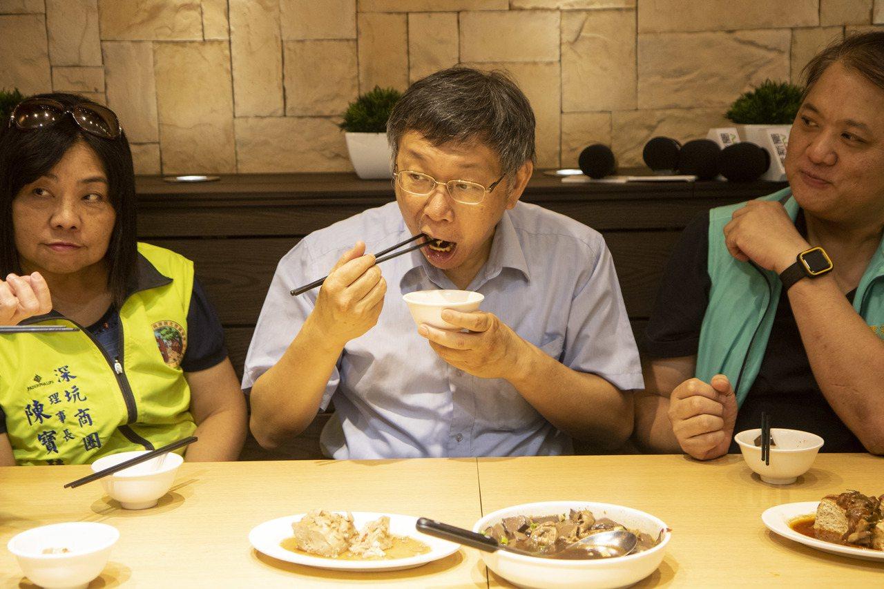 台北市長柯文哲(中)今被媒體追問,何時還要與鴻海創辦人郭台明見面,柯吃著臭豆腐說...