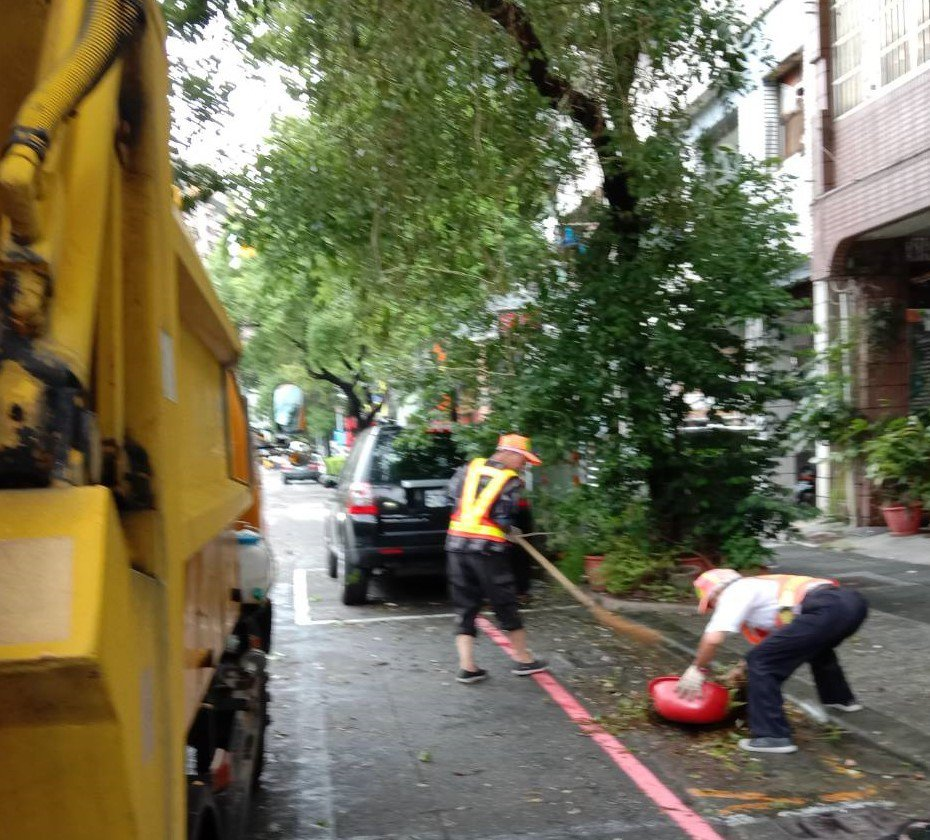 為加速復原市容,高雄市環保局出動清潔隊825人次投入颱風後清運工作,截至下午2點...