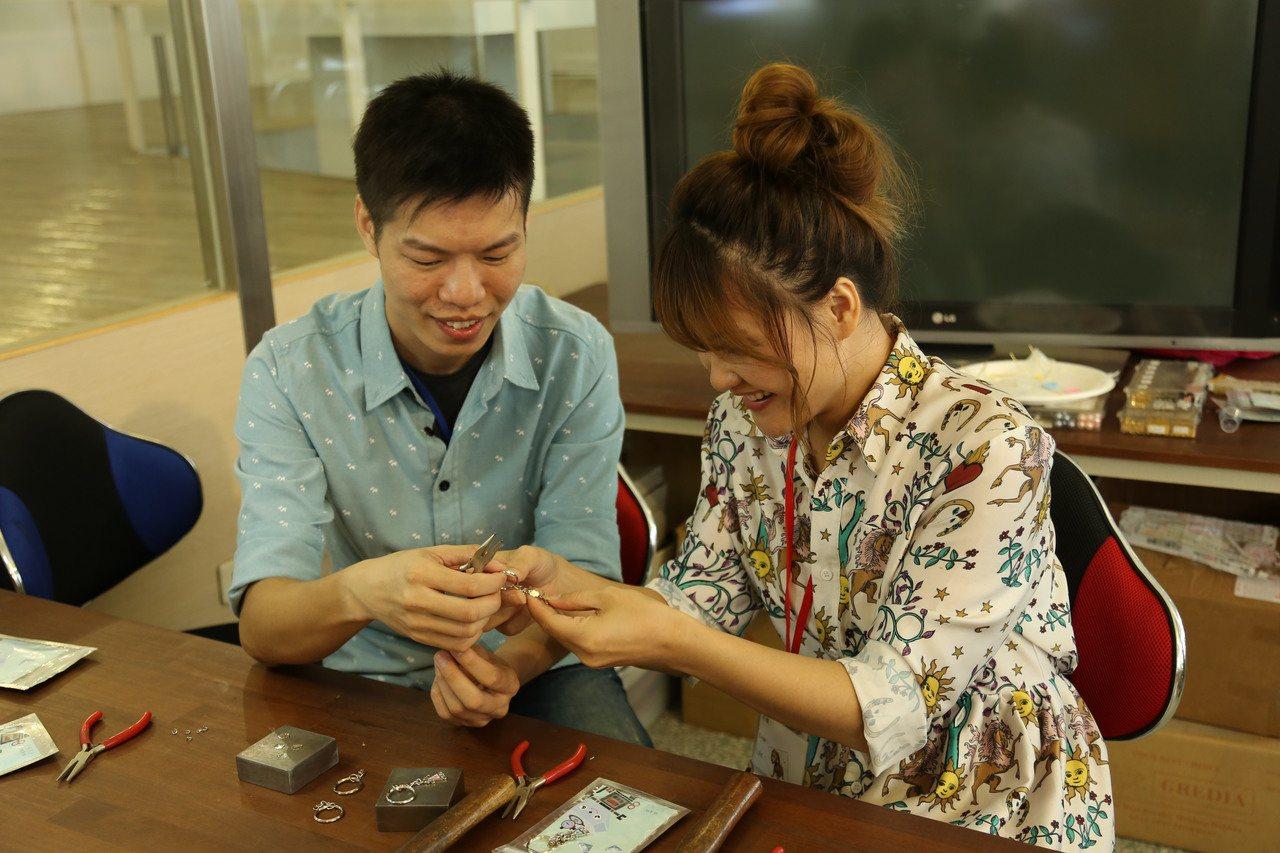 新北市民政局今在林口光淙金工藝舉辦今年第3場聯誼活動,以「我們鑰在一起」DIY鑰...