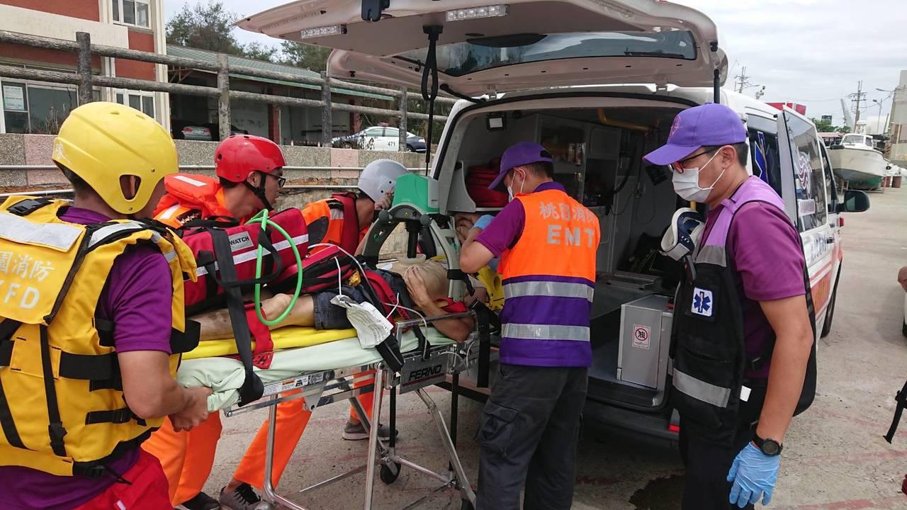消防隊員尋獲落水男子後,救起當下男子無意識無呼吸也無脈搏,於是將他拖至岸邊做CP...