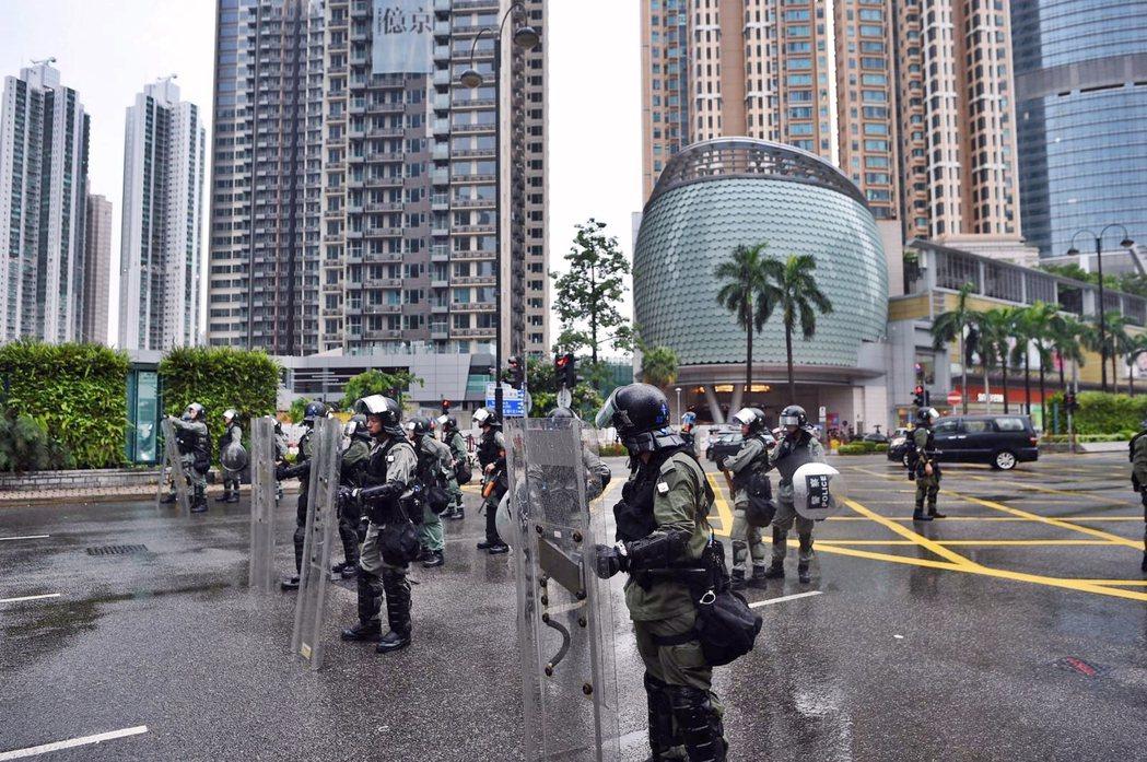 荃葵青遊行集會至晚上7時,防暴警察戒備。取自星島網