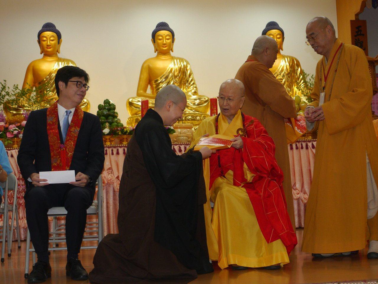行政院副院長陳其邁(ˇ左一)參加高雄光德寺祈福法會,針對宗教界人士擔心的宗教立法...