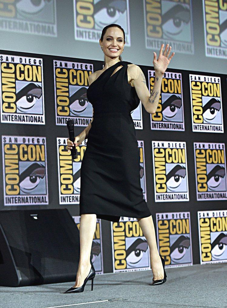 安潔莉娜裘莉穿了Saint Laurent單肩黑洋裝出席美國聖地牙哥舉辦的動漫展...