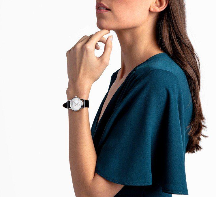 CK表推出全新的established系列小三針腕表,以鮮明的建築輪廓和色彩演繹...