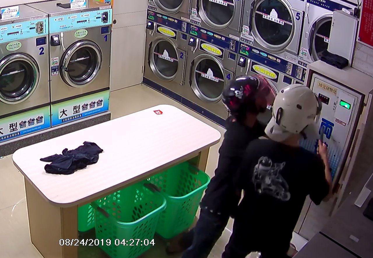 2名竊嫌用鐵撬企圖偷竊兌幣機。圖/翻攝爆料公社