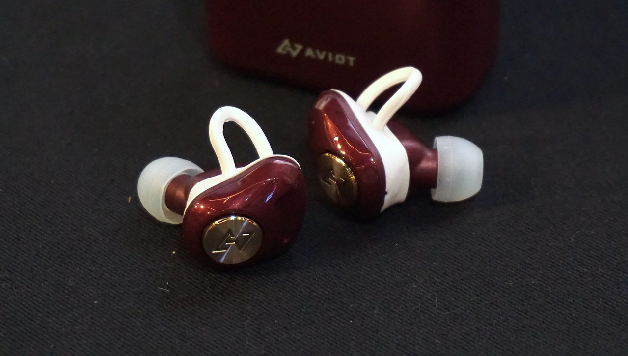 AVIOT TE-D01d的耳機造型設計能讓配戴更穩固。記者黃筱晴/攝影