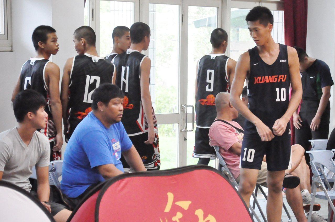 范智堯(右一)要扛起光復新學年的禁區。記者曾思儒/攝影