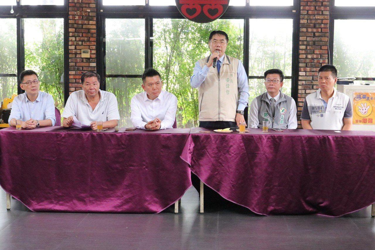 台南市長黃偉哲(中)今天在善化舉辦民進黨地方選戰會議。圖/黨部提供
