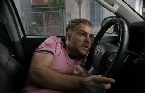 驚悚懸疑西語電影「4x4危機四伏」不僅創下票房佳績,吸睛的題材甚至引起各國爭相購買翻拍權,劇情由一樁偷車竊案發展出一連串的失控情節,劇組為了「如何不破壞車輛侵入車內的方式」做了各項研究,男主角「精準...