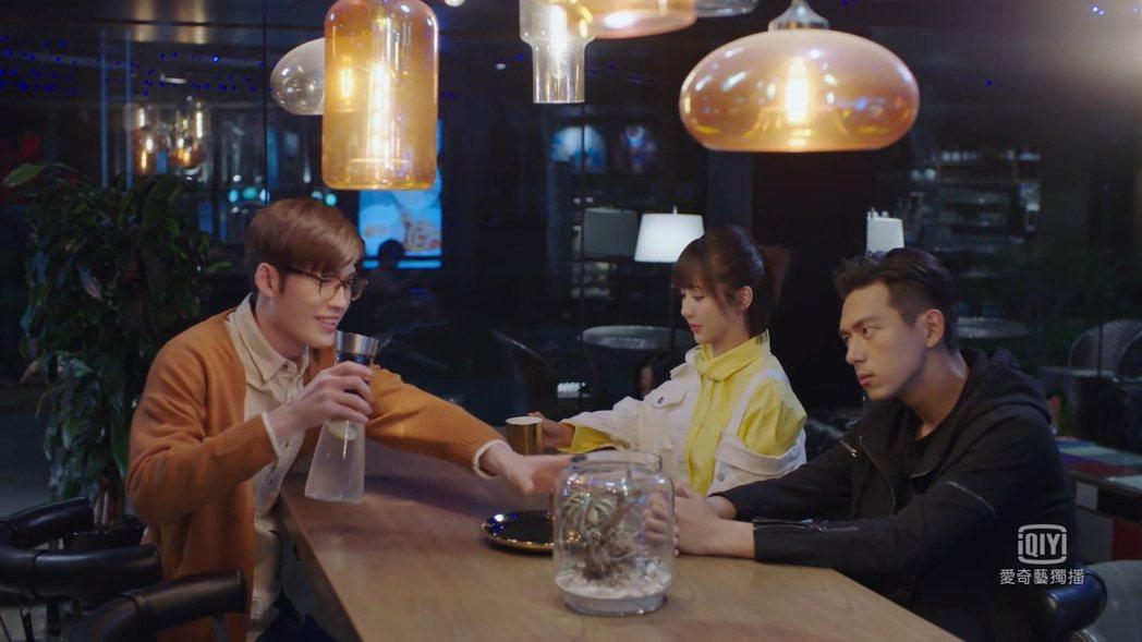 曲獻平(左起)與楊紫、李現在「親愛的,熱愛的」中有許多對手戲。圖/截圖自愛奇藝台...