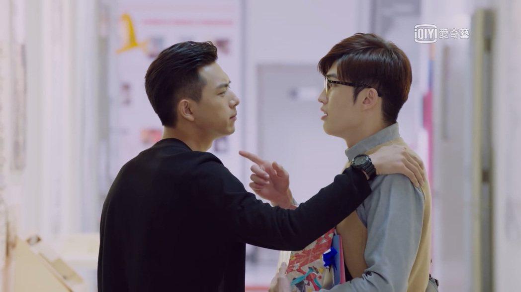 曲獻平(右)在「親愛的,熱愛的」中是李現唯一情敵。圖/截圖自愛奇藝台灣站