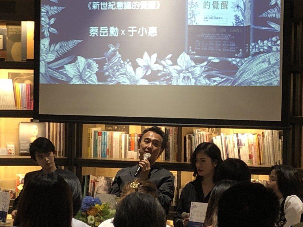蔡岳勳(中)、于小惠(右)帶著4個小孩出席親子講座活動。圖/記者陳建嘉攝