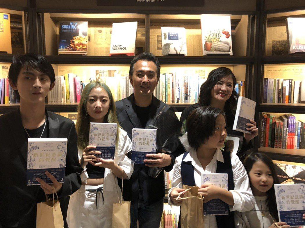 蔡岳勳(左3)、于小惠(右2)帶著4個小孩出席親子講座活動。圖/記者陳建嘉攝