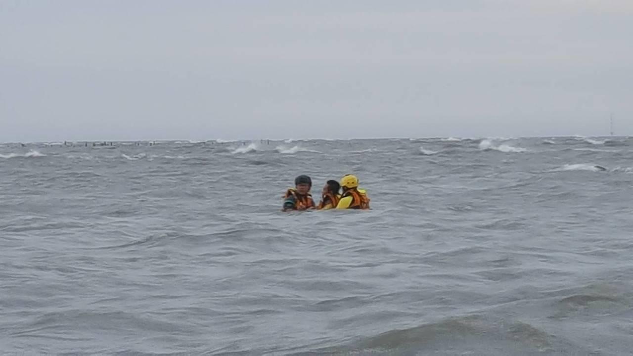 彰化縣福興鄉福寶濕地今天下午一名男子在撿貝類時,未注意到漲潮,連人帶車被困在海中...