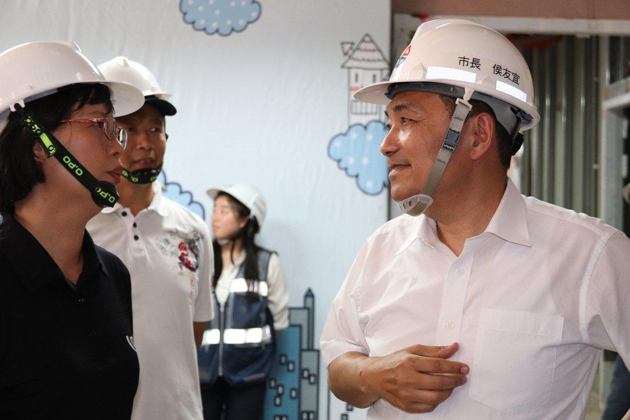 新北市長侯友宜(右)表示,新店行政生活園區為全國公辦都更重要的里程碑,期盼也將托...