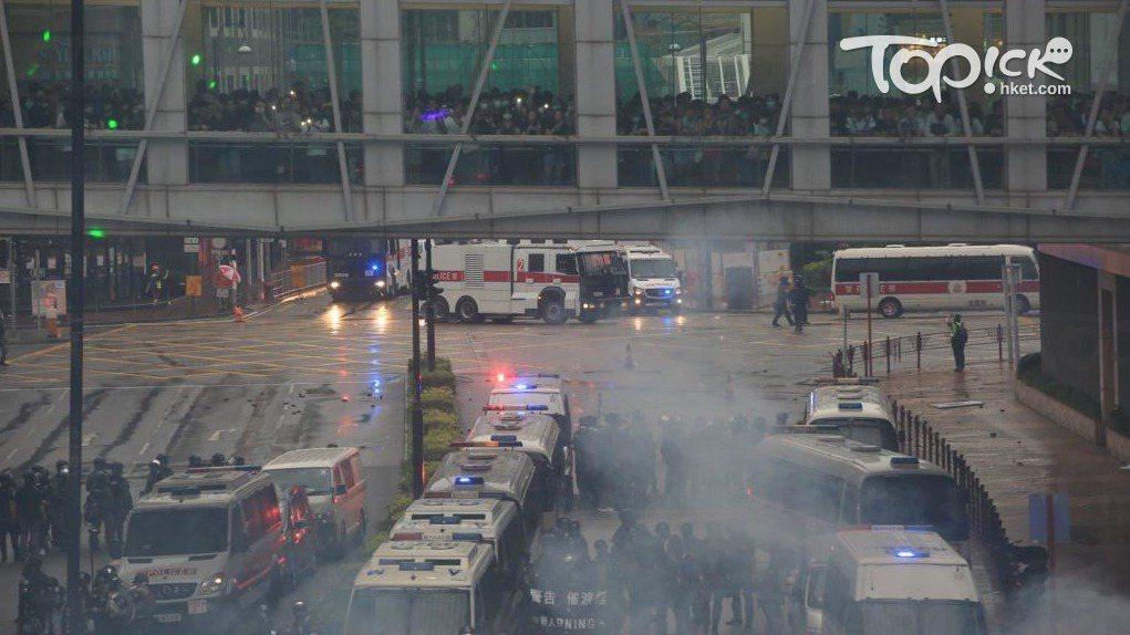 香港市民在8月25日發起「荃葵青」遊行,下午6點水炮車在大河道向障礙物射水。照片...