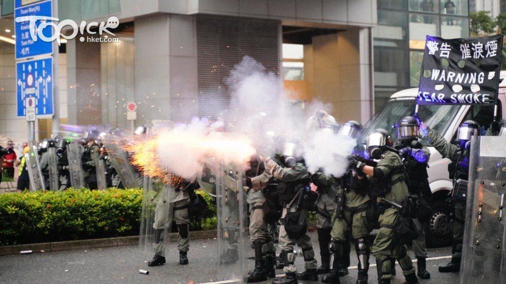香港市民在8月25日發起「荃葵青」遊行,下午5時33分,警方於楊屋道施放催淚煙,...