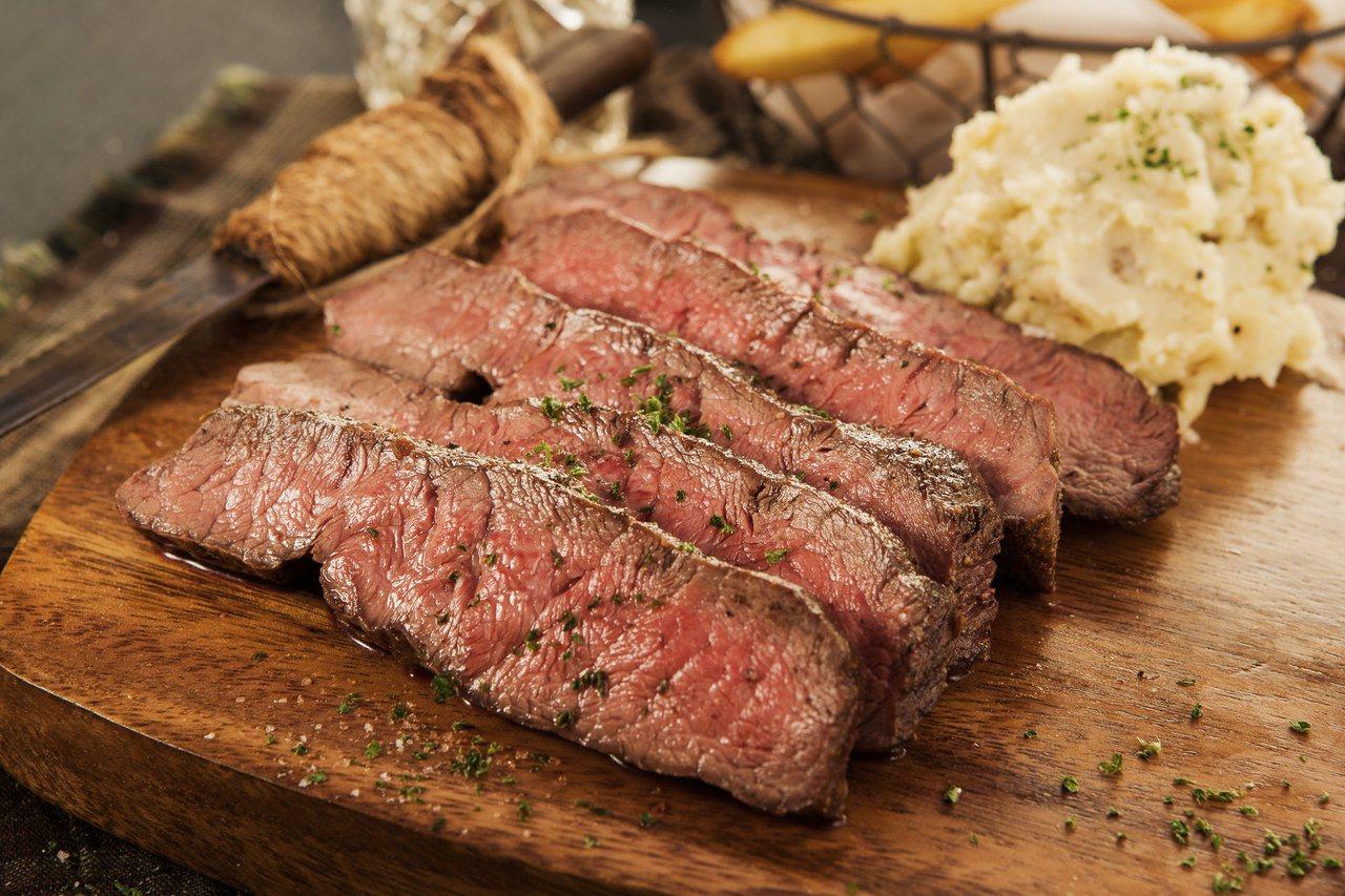 最暢銷牛排為美國片燒嫩肩牛排,嫩肩部位肉質軟嫩且風味佳,主廚特別去除掉難咬的筋片...