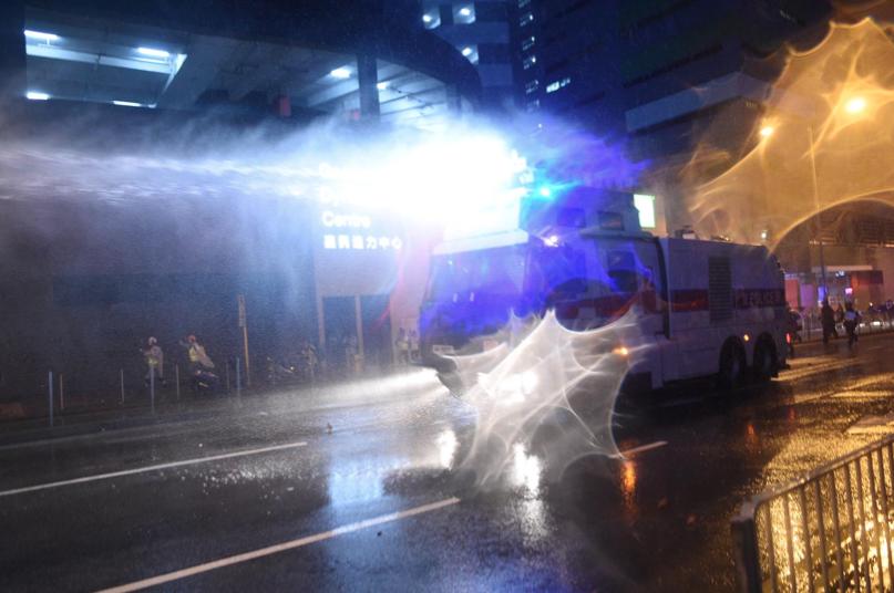 香港警方水炮車楊屋道發射強力水柱驅散示威人群。(星島網)