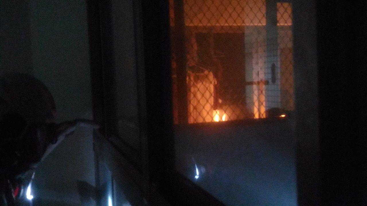 台南市東區國家新境大樓18樓發生火災,消防人員出水滅火。記者黃宣翰/攝影