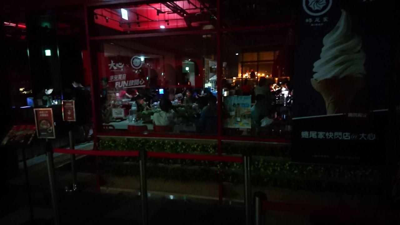 三井台中港outlet今晚停電,仍有微弱光源。圖╱讀者提供
