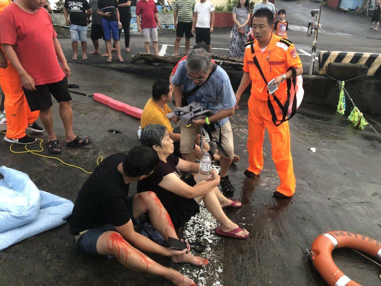 一輛滿載9人的休旅車今天傍晚衝入墾丁紅柴坑漁港,所幸眾人合力救援,9人平安獲救。...