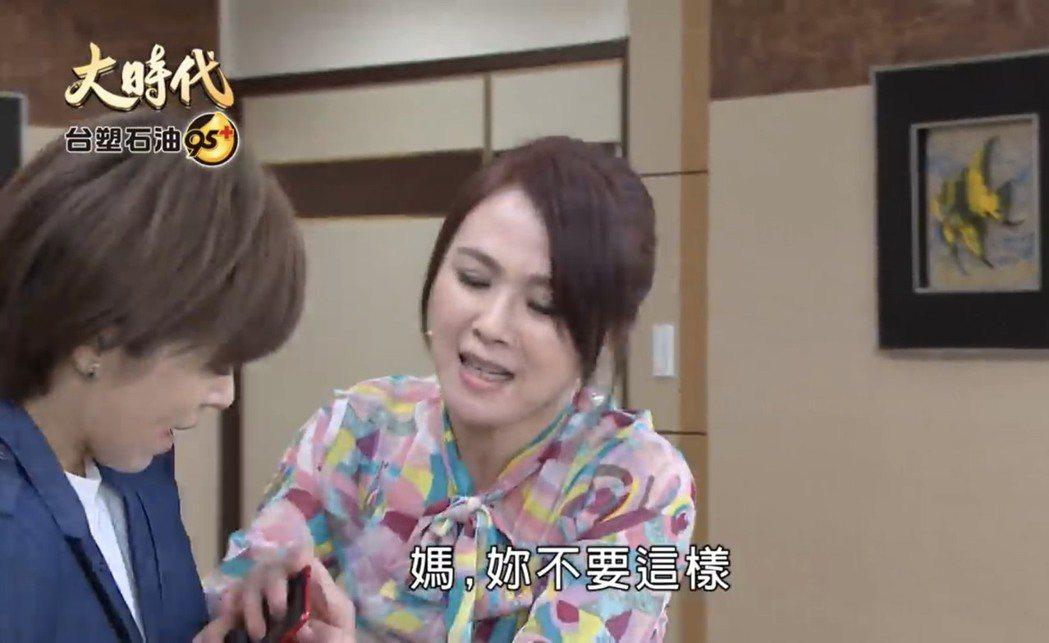 王瞳(左)在「大時代」戲中,為趕去救「煥然」,和「婆婆」陳妍安發生衝突。圖/摘自