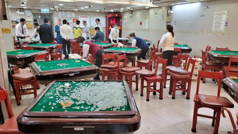 香港示威者打破麻雀館門窗玻璃要求「福建人」出來。(星島網)