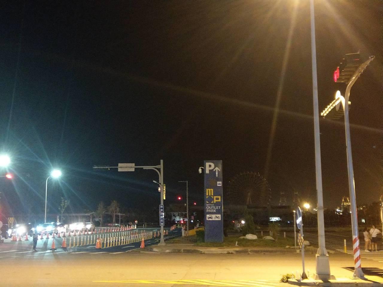 三井台中港outlet今晚停電,館方疏散客人,提前休息。圖╱讀者提供