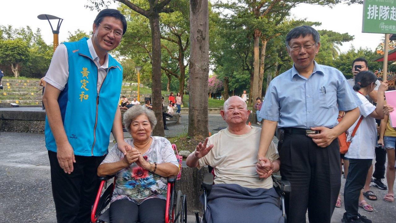 台北市長柯文哲(右)今天到宜蘭,全程由國民黨縣議員黃定和(左)陪同,兩人與百歲人...