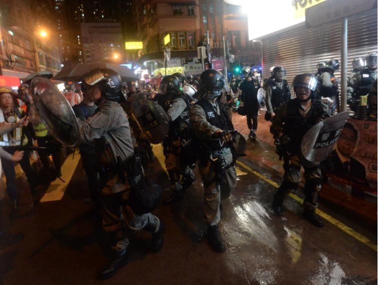 警方將一群手持利刃和五星旗的男子之驅散。(星島網)