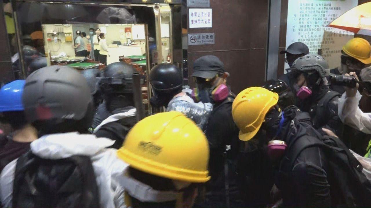 示威者表示,不滿荃灣及北角先前有白衣人襲擊香港市民,懷疑與「福建人」有關。圖/香...