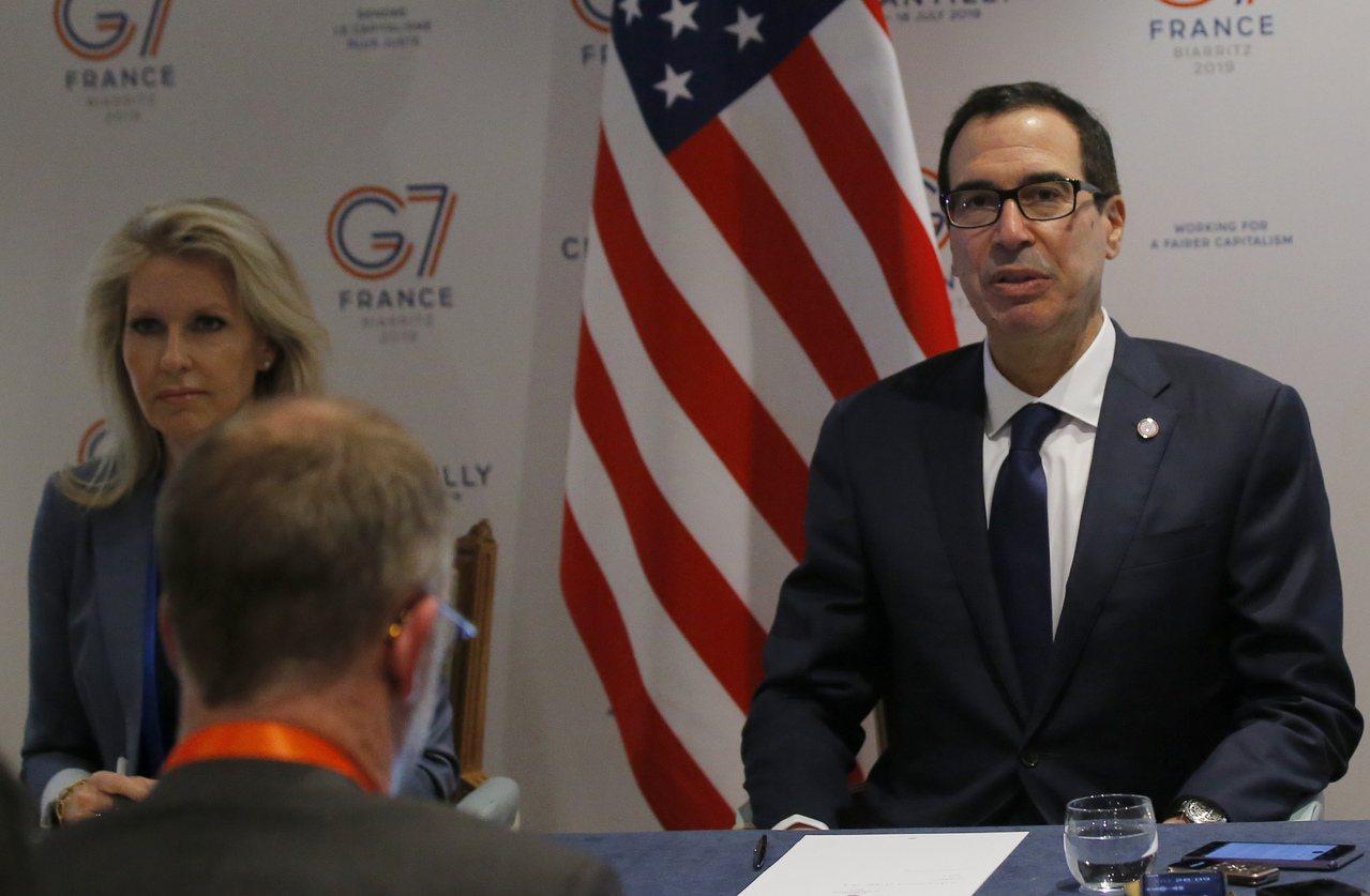 美國財長米努勤(右)目前人在法國參加G7峰會。美聯社