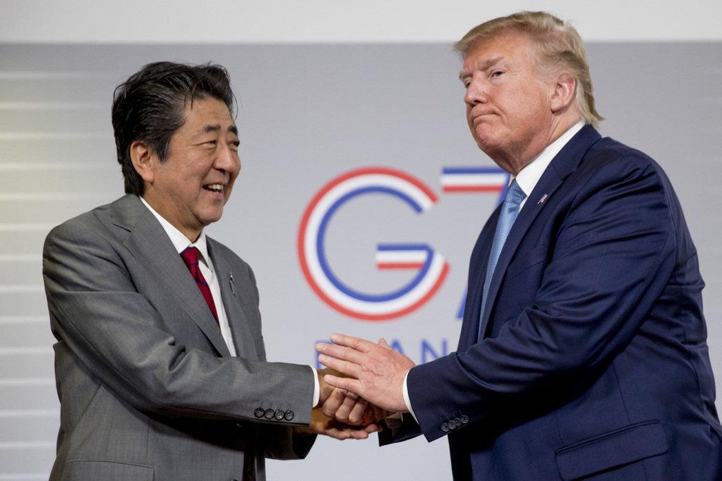 美國總統川普(右)與日本首相安倍晉三(左)25日在G7峰會場邊開雙邊會議。(美聯...