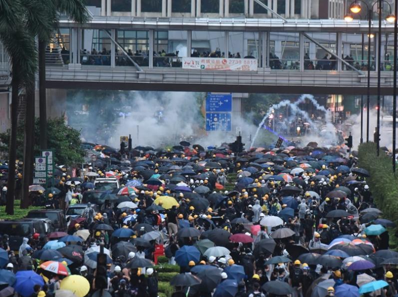 荃灣遊行演變成警民嚴重衝突,共有8人受傷送醫院。其中5男1女目前情況穩定,另兩人...