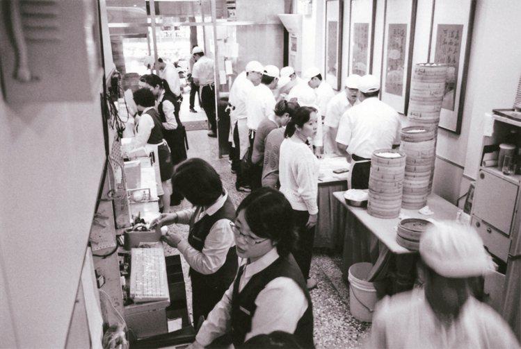 早期的鼎泰豐信義創始店,內外場員工眾多。 圖/鼎泰豐提供