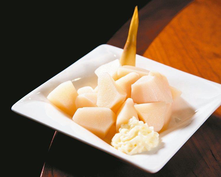 每到夏天,冷筍沙拉就是楊紀華最常點的菜色。 記者陳立凱/攝影