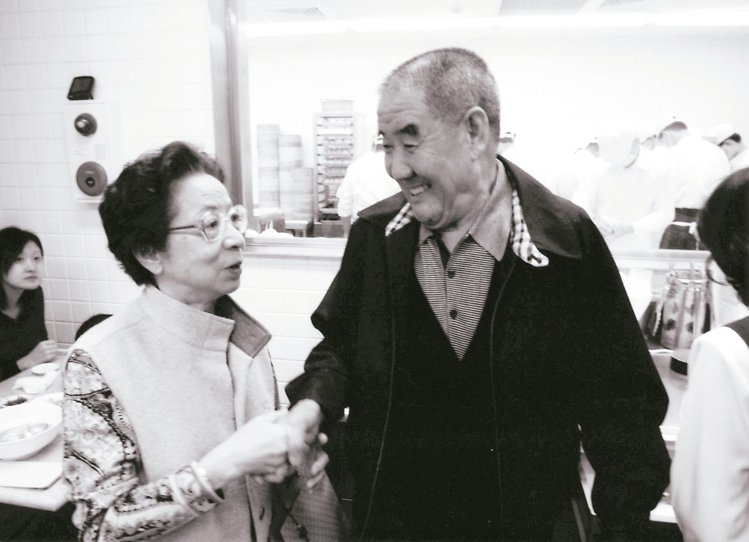 楊紀華的父親楊秉彝(右)仍時常至信義店走看。 圖/鼎泰豐提供