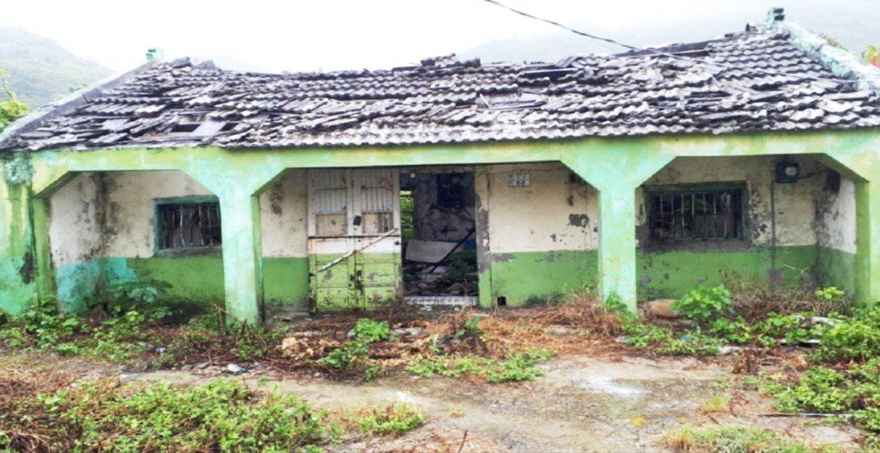 去年11月19日台東地檢署查賄,意外發現綠島這處廢墟竟有數十人遷入。圖/台東地檢...