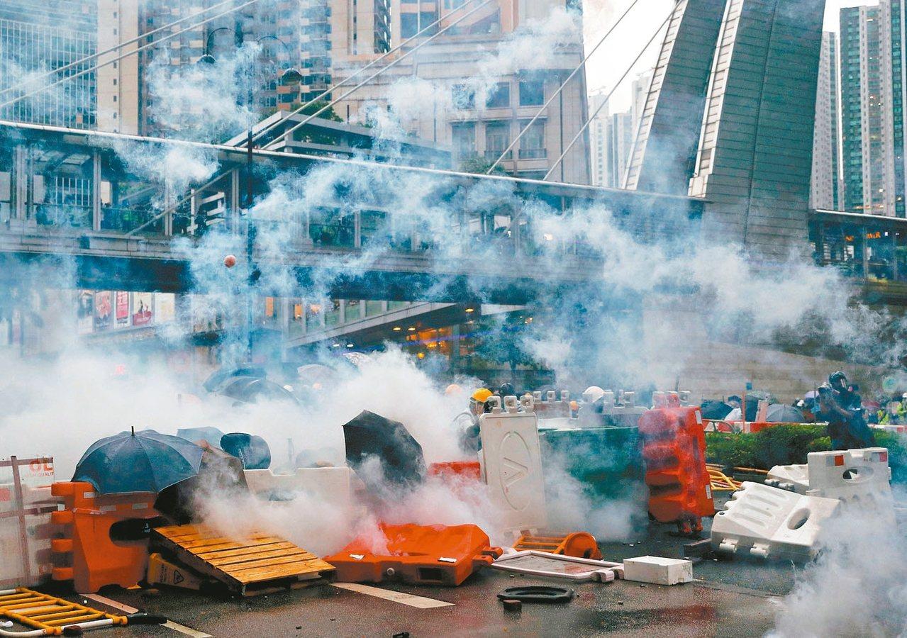 香港周日荃葵青遊行,警方多次向示威者發射催淚煙,試圖要驅散示威群眾。 (路透)