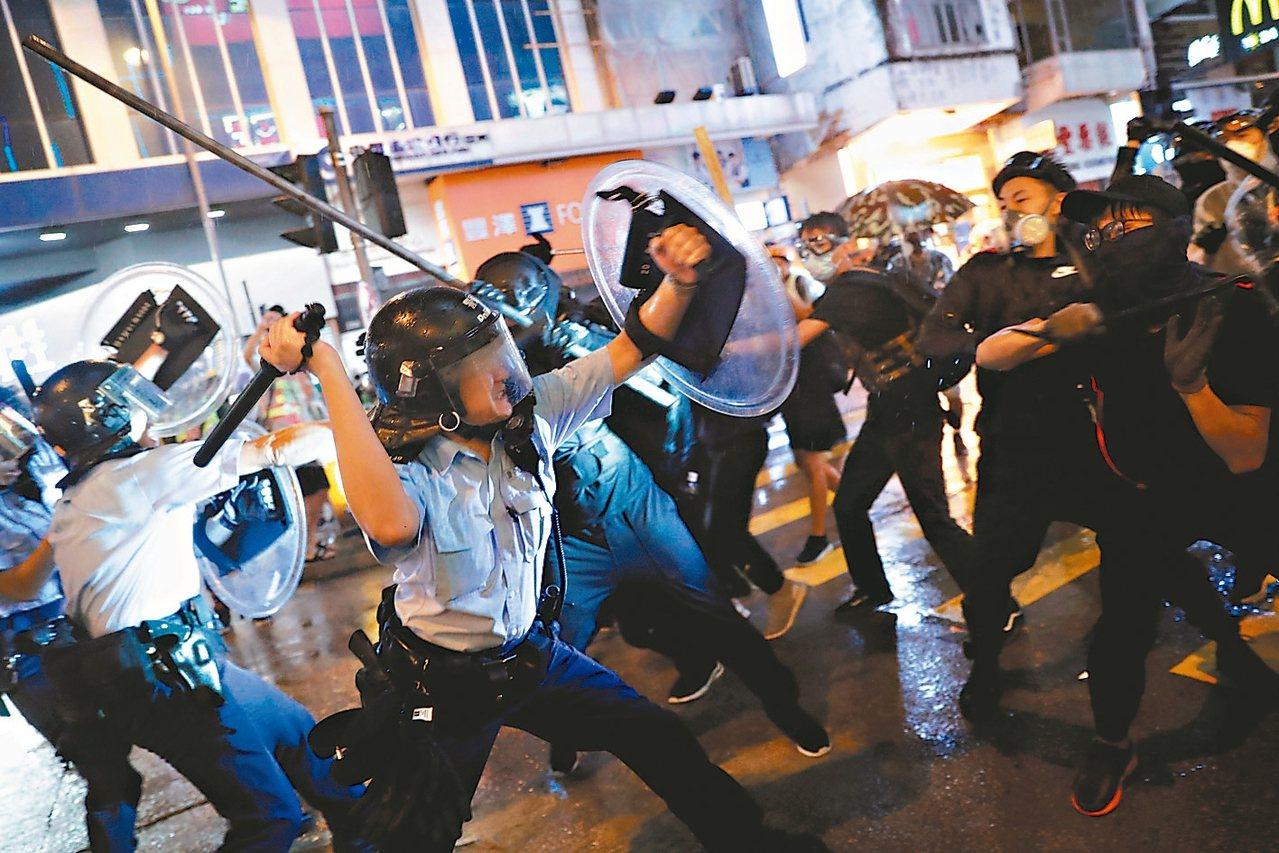 香港反送中民眾昨舉行荃葵青遊行,警民衝突再度升級,有示威者使用彈弓回擊。 (路透...