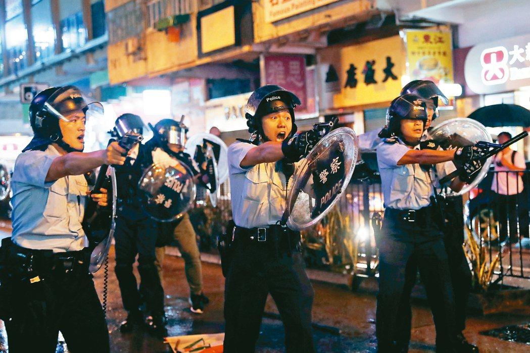香港反送中民眾昨舉行荃葵青遊行,再爆激烈警民衝突。其間,三名警察拿起手槍瞄準示威...