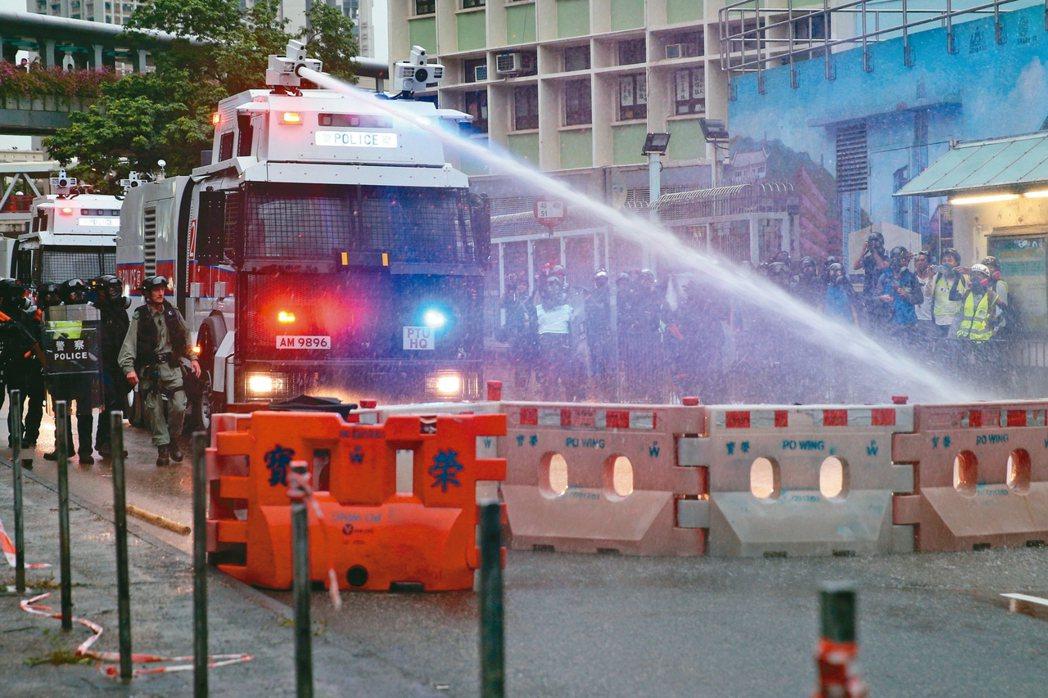 香港荃灣昨又現激烈警民衝突,警方首度出動水炮車驅散示威群眾。 歐新社