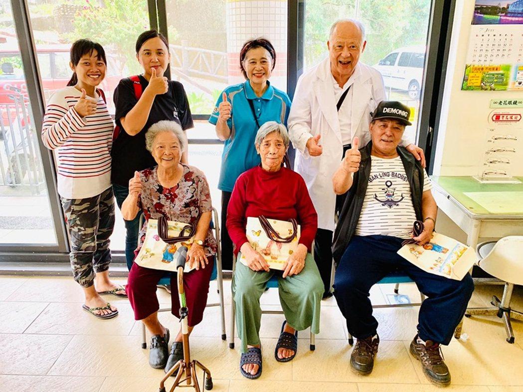 大林慈濟醫院失智症中心主任曹汶龍(後排右)上阿里山新美社區,輔導失智症關懷據點。...