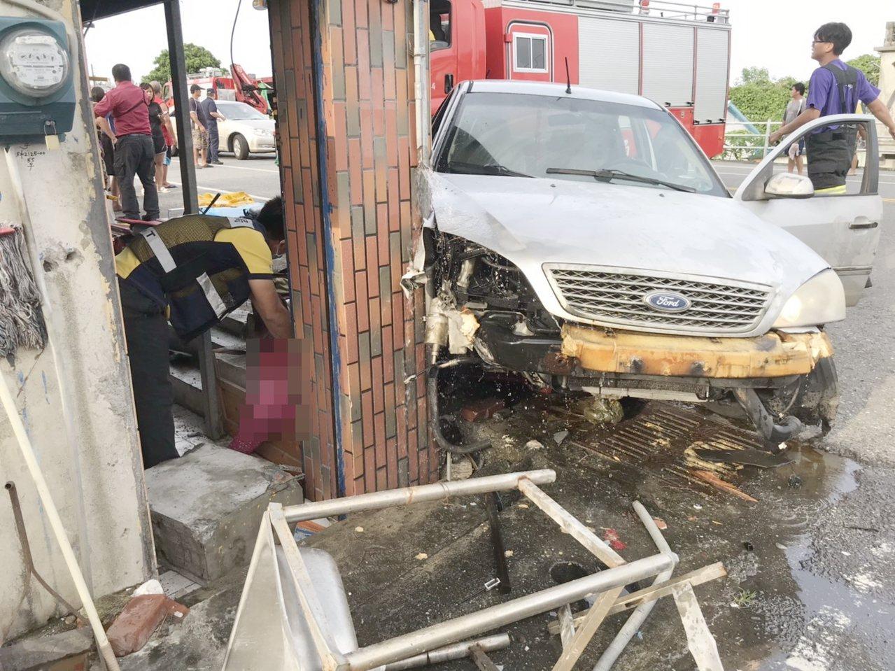 張姓男子轎車衝入民宅,撞上七十二歲婦人。記者羅紹平/翻攝