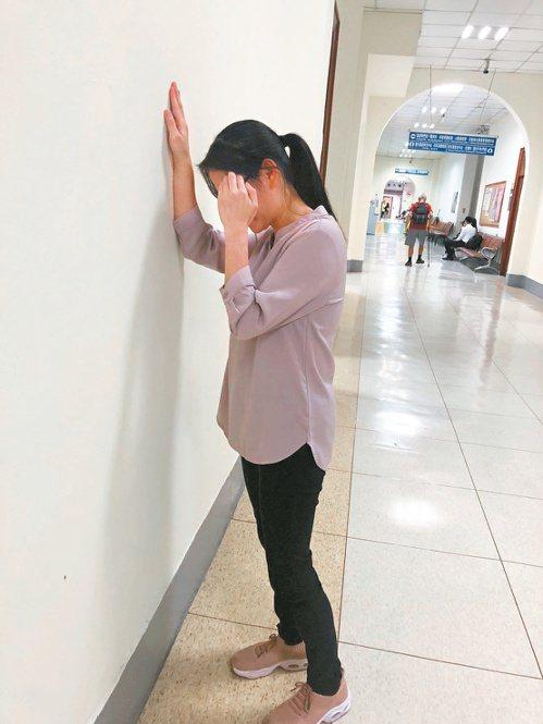 衛生福利部基隆醫院神經科醫師李亭儀說,眩暈發作時儘量緊靠扶手或牆壁,避免跌倒,並...