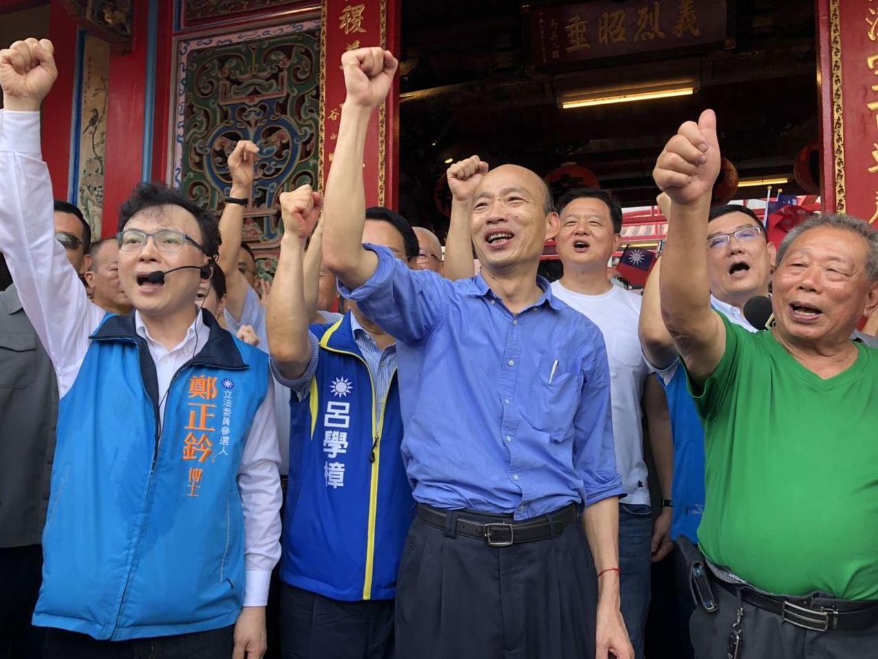 韓國瑜(中)日前到新竹市關帝廟參拜上香。 圖/聯合報系資料照片