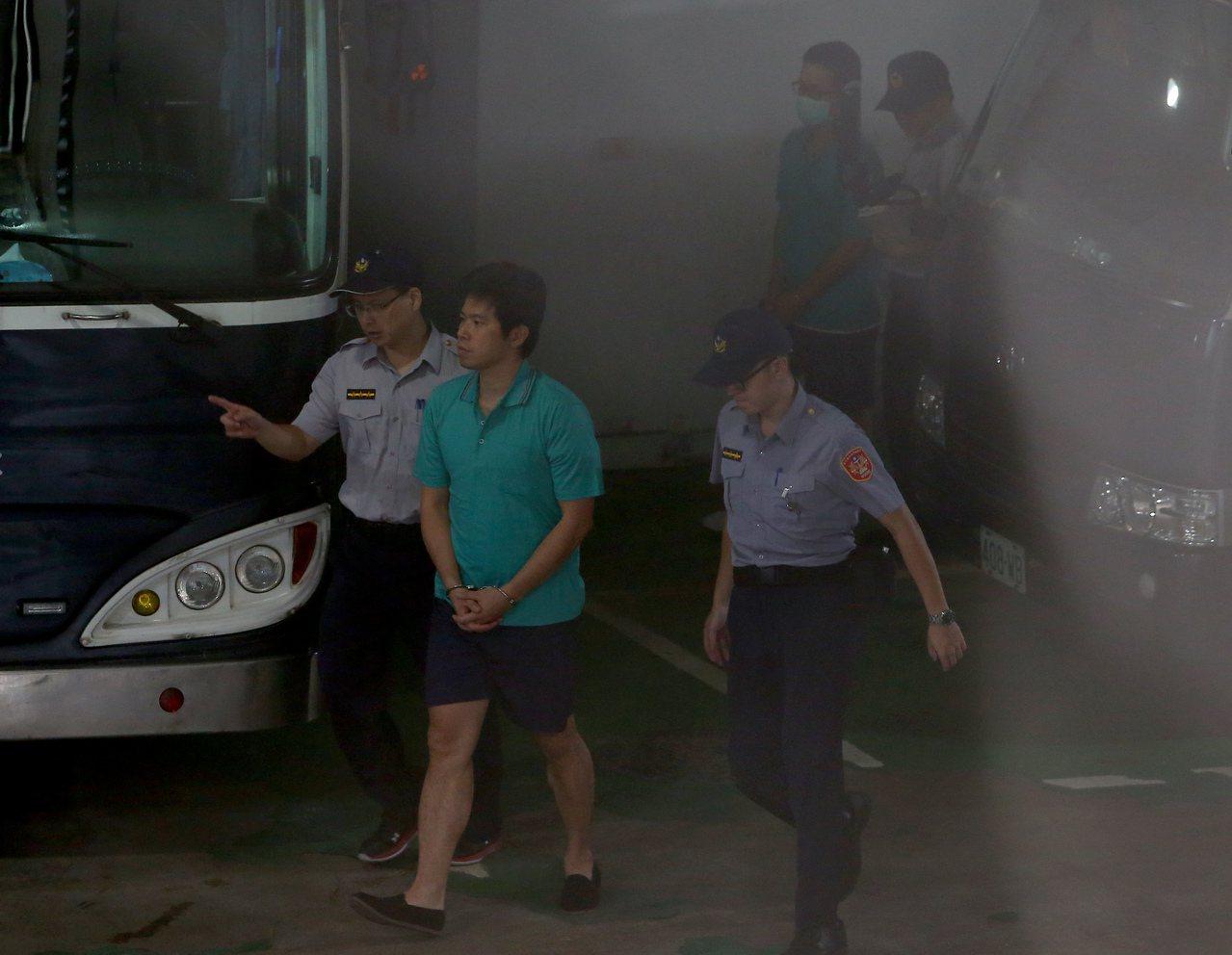 台北地檢署偵辦私菸案,昨天將在押的總統府侍衛室少校吳宗憲(左二)、張恒嘉(右二)...