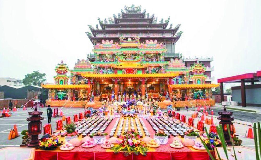 台灣武德宮2017年曾擺出長達30公尺的滿漢全席供品。圖/武德宮提供