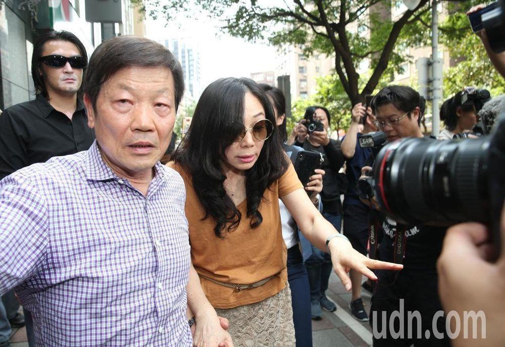 李佳芬(右)日前訪永康商圈,李慶隆拉著她的手。圖/聯合報系資料照片